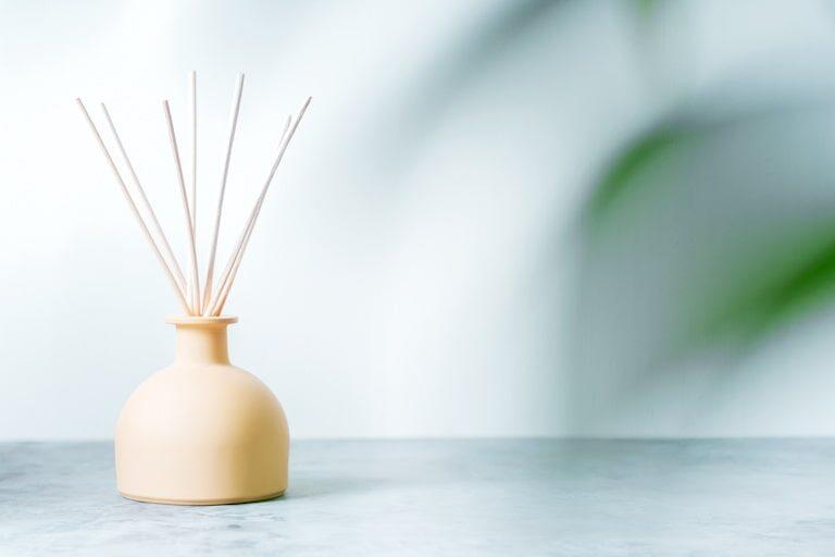 部屋の匂い消しに役立つ?棒タイプのアロマ、リードディフューザーの特徴